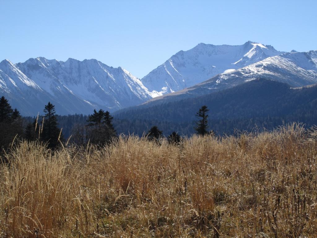 Вышли на хребет Пшекишь. Вид на гору Джемарук