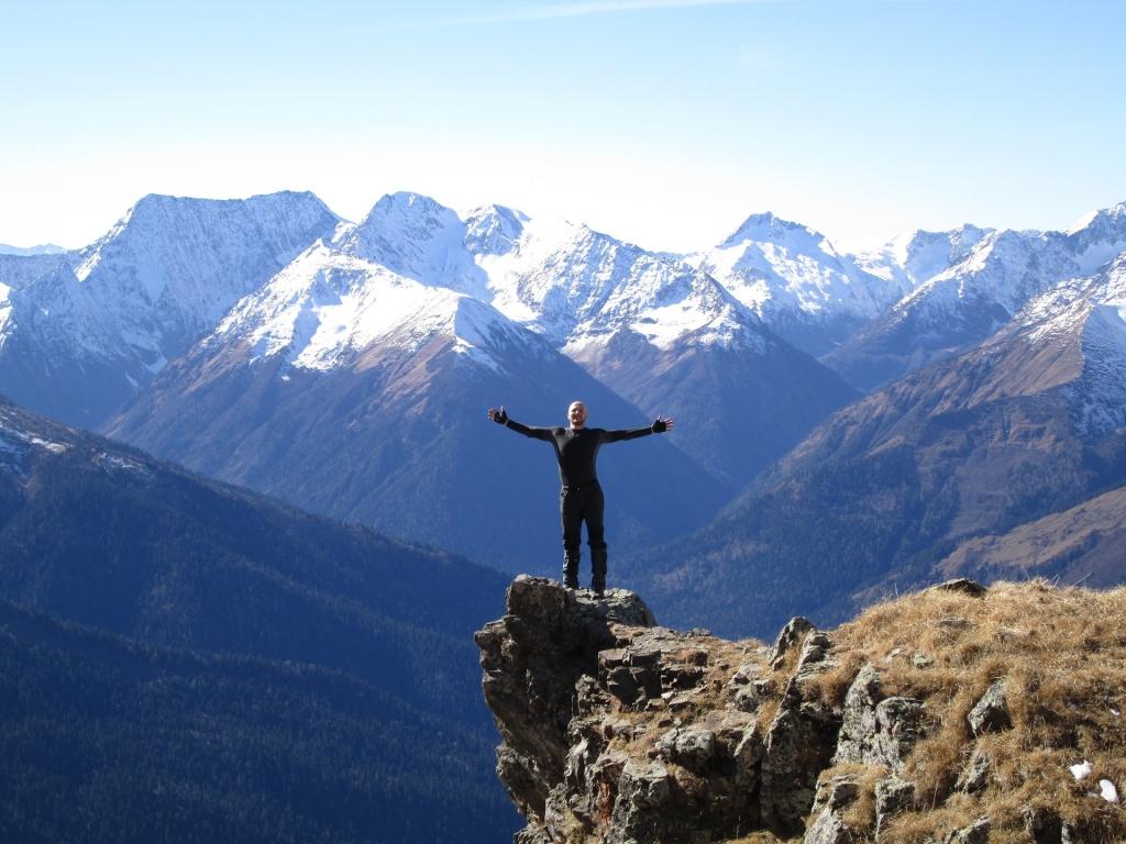 Панорамный выступ горы джуга. Вид на ГКХ, гору Ассара. Истоки реки Киша.