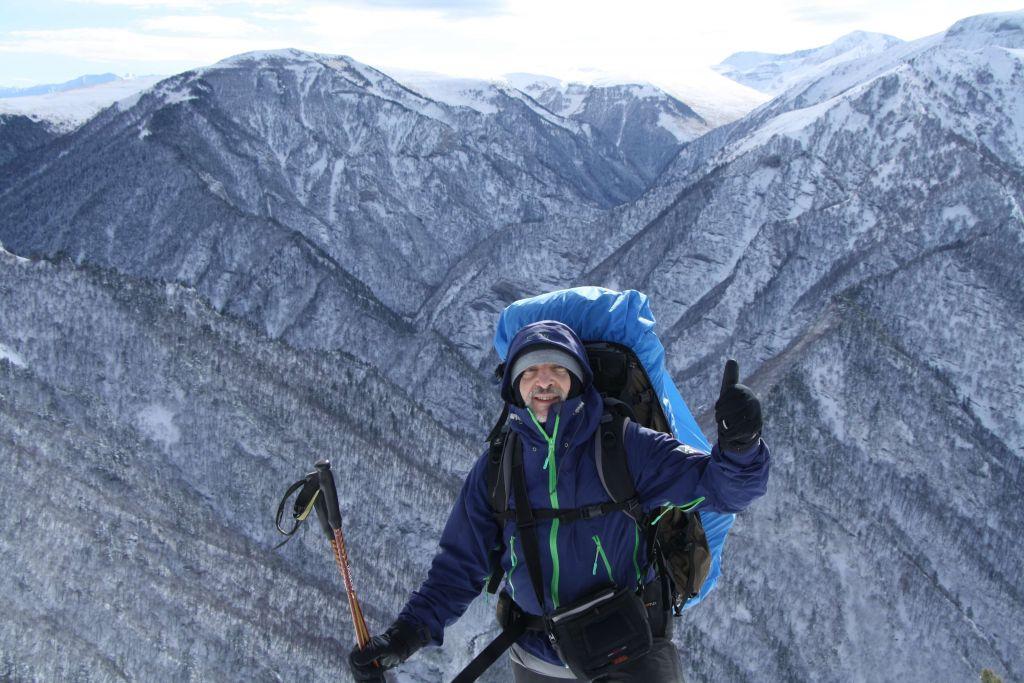 Игорь на фоне гор.