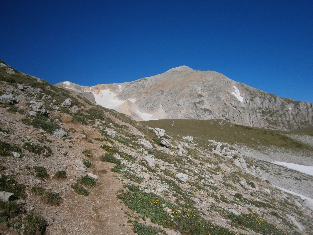 Вершина горы Оштен за холмом.